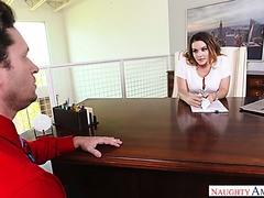 Lady Boss Natasha Nice erwischt einen Typen, der sich bei der Arbeit Pornos ansieht, und fickt ihn