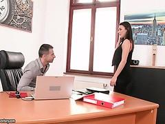 Vanessa Decker fickt ihren Boss, weil sie nichts anderes kann