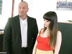 Natty Mellow fickt den Angestellten ihres Mannes im Büro