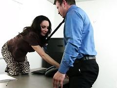 Die üppige Chefin Dayton Rains fickt ihre Angestellte in ihrem Büro