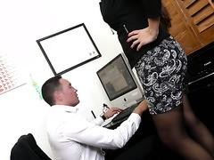 Lady Boss Mercedes Carrera belohnt ihre Angestellte mit heißem Sex im Büro