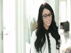 Sexy Sekretärin in Brille Megan Rain fickt ihren geilen Chef