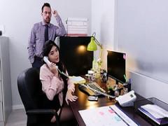 Die kurvige asiatische Barkeeperin Aoi Mochida bedient Kunden mit haariger Fotze
