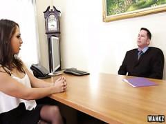 Die rauchende heiße Sekretärin Sara Luvv hat im Büro-Sexfilm hart gebumst