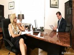 Die ungarische vollbusige Büroassistentin Aleska Diamond wird von ihrem Chef hart gefickt