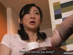 Die gehorsame asiatische Stiefmutter Emiko Koike saugt und wichst Stiefsohn