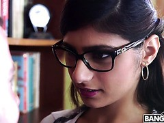 Der Mathematiklehrer kann nicht widerstehen, die großen Brüste der arabischen Schülerin Mia Khalifa zu lutschen