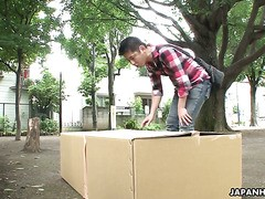 Stiefschwester Lieferung - Miku Tamaru saugt Schwanz direkt aus der Box