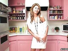 Hella süße Japanerin Shiori Himemiya lutscht zwei Schwänze trocken