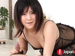 Die kurvige japanische Schönheit Rui nimmt DP von zwei geilen Fans