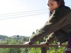 Die asiatische Königin Eva Yi kümmert sich im Freien um einen riesigen Schwanz