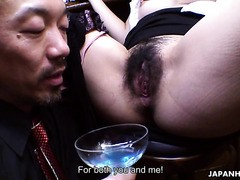Der kurvige asiatische Barkeeper Aoi Mochida bedient Kunden mit haariger Fotze