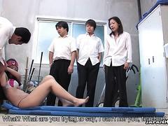 Asiatischer Maho Sawai im brutalen BDSM-Gangbang mit Studentinnen