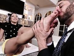 Hunk fickt die heiße rumänische MILF Lea Lexis und spritzt auf ihre Füße