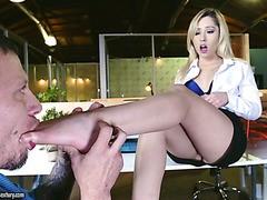 Die süße Goldie fickt in einem Büro und leckt Sperma von ihren Zehen