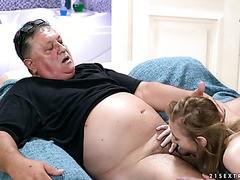 Kiki Cyrus verwöhnt den fetten alten Perversen mit ihrer jugendlichen Muschi