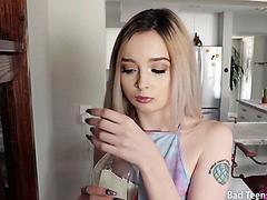 Kate Bloom, zierliche, dünne Blondine, bedient riesigen Penis in POV