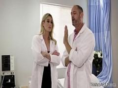 TS Schönheit überrascht den Arzt