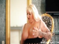 Die deutsche mollige, reife Blondine Kitty Wilder zieht sich aus, um Cunnilingus zu genießen