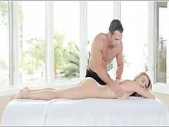 Blondie mit großen Titten bekommt massage vor dem sex
