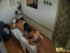 Asian masseuse klettert der Mann nackt