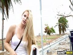 Sexy Mädchen Sloan springt auf und ab auf Schwanz in einem fremden van