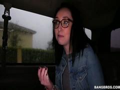 Süßen und Brünette Mädchen in der bang-bus frisst großen Schwanz und reitet es