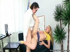Blonde teen hart gefickt von ein Alter Mann in seinem Büro