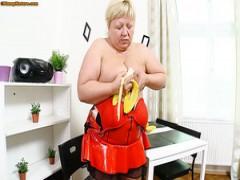 Reichlich blond Bohrer Ihre Fotze mit Banane-förmigen dildo