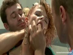 Blonde MILF ruft doppelt eingedrungen während der Dreharbeiten von porno-Szene