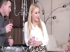 Feine blonde sexy Mädchen fühlt sich entspannt und geil mit zwei Männer
