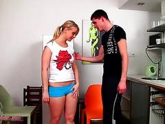 Blondine MILF Lucy Zara masturbiert mit dildo auf der Arbeit