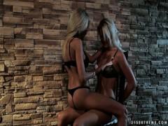 Ein paar sexy blonde Lesben haben schöne Fetisch-sex