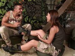 Armee Mädchen Denise Sky reitet ein Soldat den Schwanz und gibt ihm einen footjob