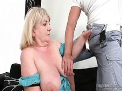 Reif, mollig mit riesigen Brüsten Nymphomanin mit großen Titten wird gefickt Hündchenstellung