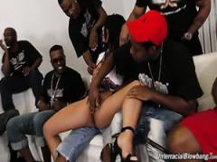 Ehrfürchtige Brasilianische Stripperin Gina Valentina arbeitet auf starke schwarze Schwänze