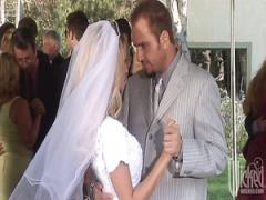 Köstliche blonde Braut Nicole Ray bläst großen Schwanz nach der Hochzeit