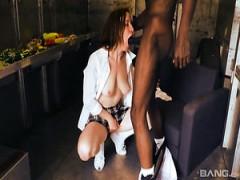 Frau Candice Dare verwandelt langweilige massage in ficken