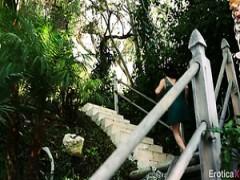 Brünette Frauenzimmer Leah Gotti engagiert in Gruppen-sex im Pool