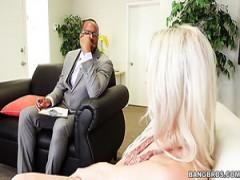 Blonde Verführerin Cadence Lux bekommt gebohrt hart von einem geilen schwarzen Mann