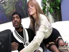 Unanständig und Orgasmus hungrig MILF Nymphomanin genießt interracial anal ficken