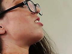 Böse Lesben in Netzstrümpfen und Dessous lecken sich die Zehen und Fotzen