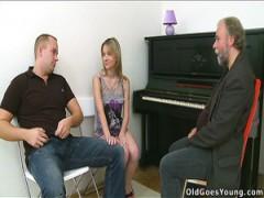 Bärtige, alte Klavier-Musik-Lehrer leckt teen Muschi von seinem Schüler