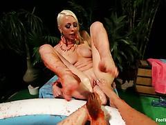 Rasierte Fotze der heißen Blondine Britney Amber hart gefickt von Johnny Castle