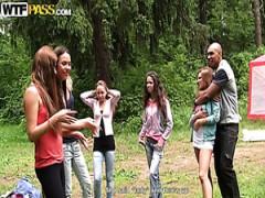 Geile Studentinnen haben eine tolle Zeit mit Ihrem Freund in den Wäldern