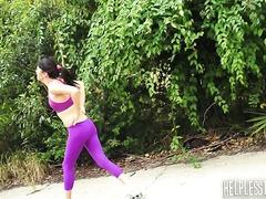 Miko Dai hat sich beim Joggen den Knöchel verdreht und in einem Van hart gefickt