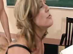 Geile Studentin Hündchenstellung fickt seine freche sexy Lehrerin Brandi Love hart