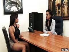 Schwarze Lesben lecken Videos Junges dichtes Bild der Pussy