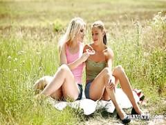 Lesbische Mädchen Sweet Cat fickt Ihr sexy freundin im Bereich