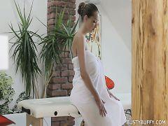 Faszinierenden, riesigen Titten geölt Schönheit genießt nude erotische massage